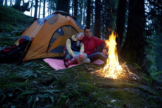 テントやタープ近くで焚き火をする時は、火の粉による穴あきに気を付けましょう!